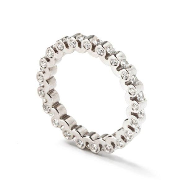 Ring - 18 karat hvidguld med diamanter på top og sider