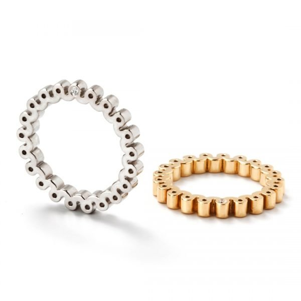 Ring - 18 karat hvidguld med 2 diamanter på siden