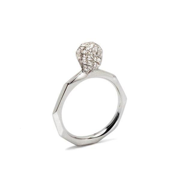 Facet hvidguldsring med diamanter