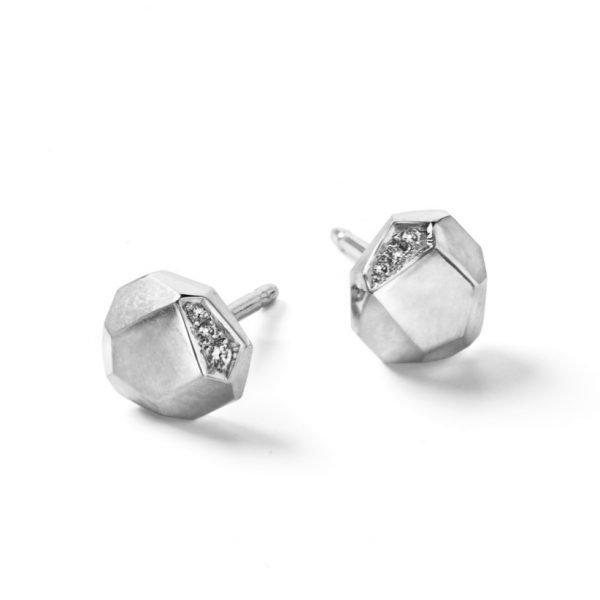 Facet ørestikker i 18 karat hvidguld med diamanter